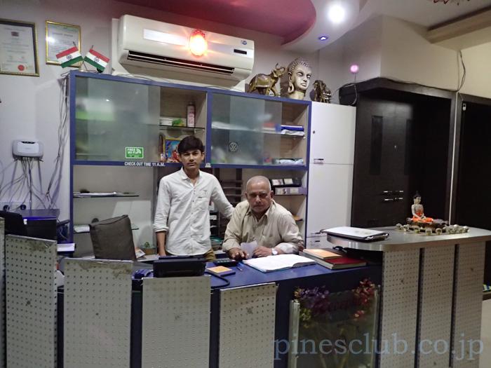 インド、ジュナーガルのホテルハーモニーのフロント