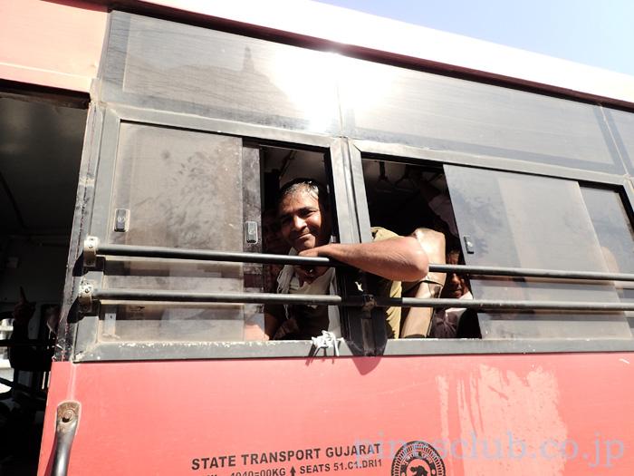 インド、グジャラート州営バスの車掌