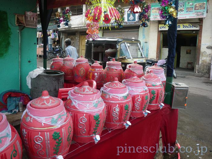 インドの道端の水瓶