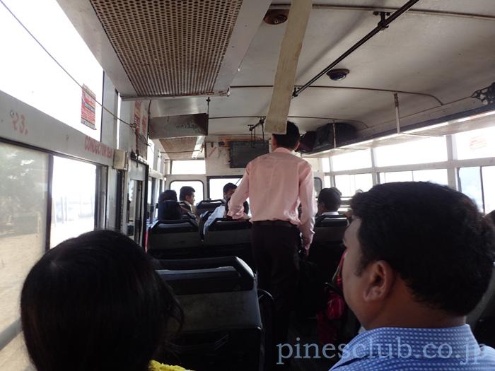 インド、グジャラート州営のバスの車内