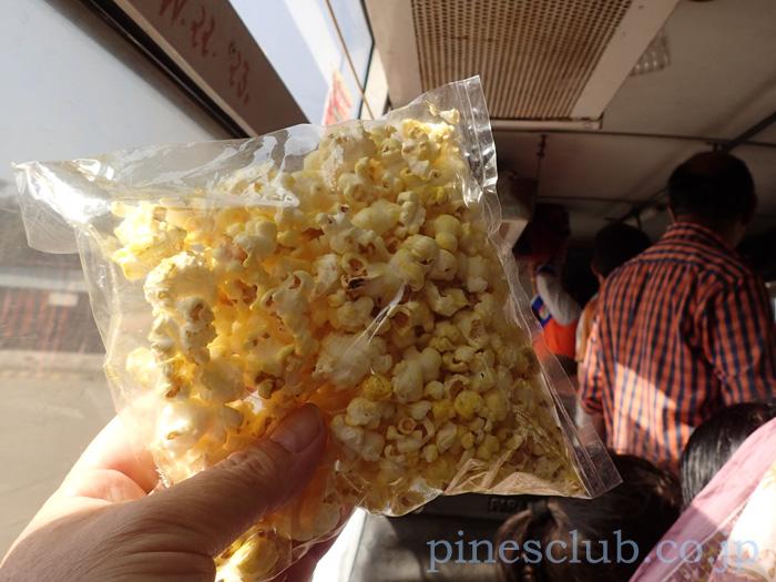 インド、グジャラート州JAMKAMBALIAのバススタンドの物売り
