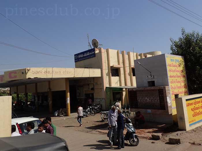 インド、グジャラート州、アンジャールのバススタンド