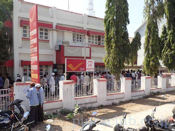 インドの郵便局に押し寄せる人々