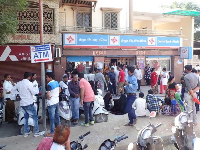 インドのキャッシュクライシスにより銀行に詰めかける人々