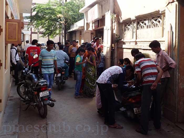 インド、ブジの小さな郵便局にも人々が押し寄せていた