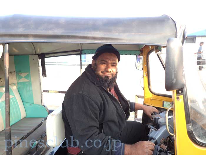 インド、ブジのオートリキシャのドライバー