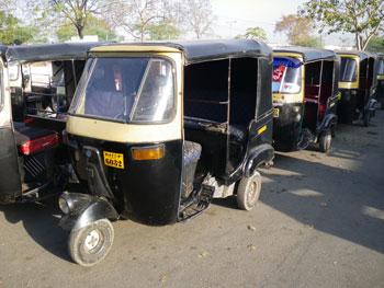 インド、ウダイプール駅前のオートリキシャ