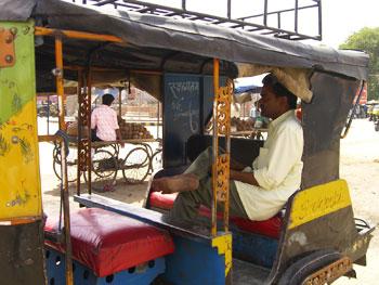インド・オートリキシャの後部座席