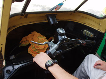インド・オートリキシャの運転席