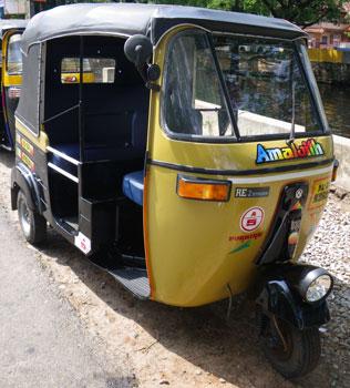 インド・ちょっと珍しい色のオートリキシャ