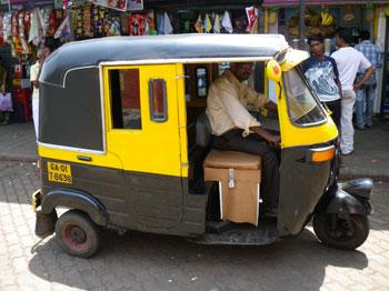 インド・ドア付のオートリキシャ