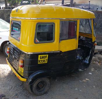 インド・金属製ルーフのオートリキシャ