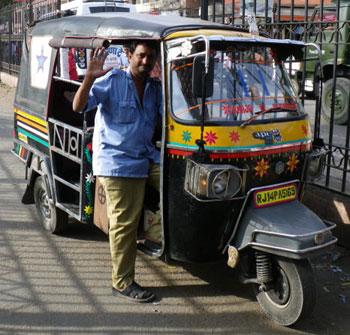 インド・少し大きめのオートリキシャ