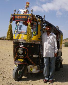 インド・飾り付けられたオートリキシャ
