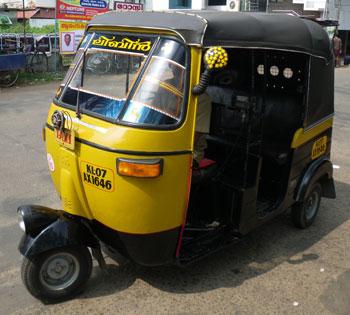 インド・南北折衷型配色のオートリキシャ