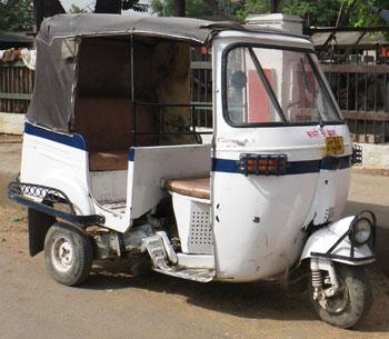 インド・白い塗装のオートリキシャ